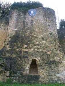 Au bas de la tour la grotte de la vierge